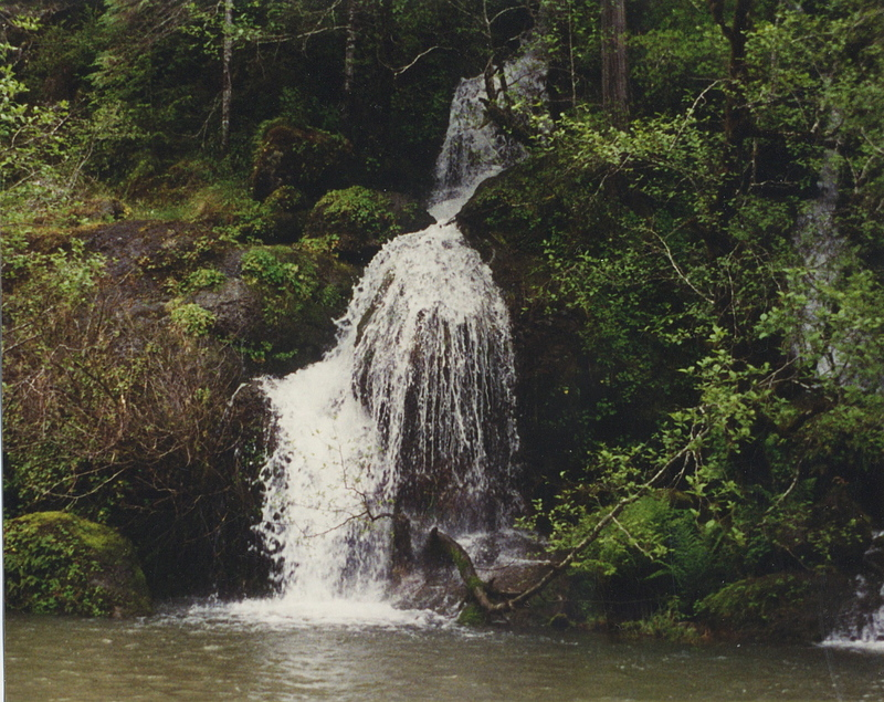 Waterfall_on_rogue_river